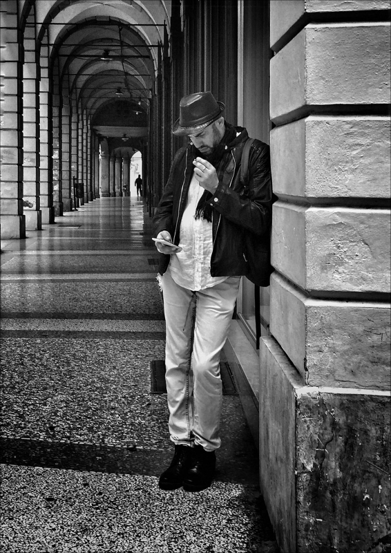 Un giovane e il suo cellulare